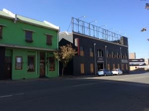 Some re-purposed old buildings diagonally across the road from Kitcheners in De Beer Street. The green one is popular eatery Daleahs (014030243)